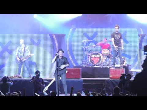 Simple Plan - I'm Just A Kid (LIVE In Quebec)