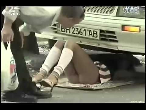 美女短裙车底修车 走光了