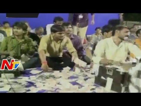 Currency Rain on Hardik Patel at Surat