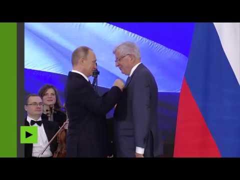 Jean-Pierre Chevènement décoré de l'Ordre russe de l'Amitié par Vladimir Poutine