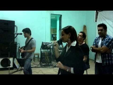 Lays Cantando em Ingai junto com Leone e Rai