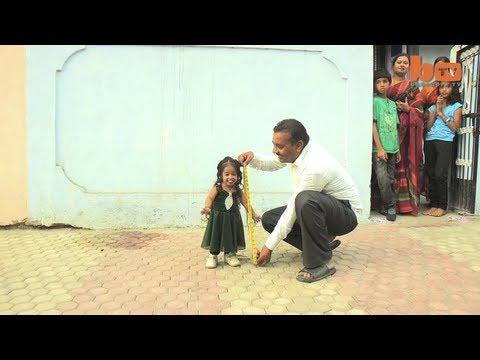 Video que muestra a la mujer más pequeña del mundo