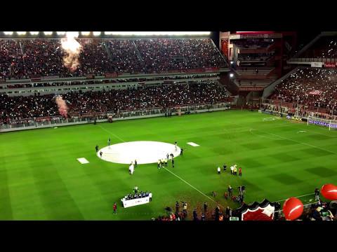 Salida de los equipo y recibimiento Independiente 2 - Racing 0 (Fecha 24) - La Barra del Rojo - Independiente