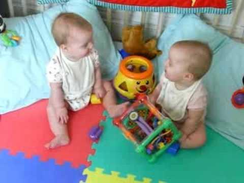 Conversatie serioasa intre 2 bebelusi!