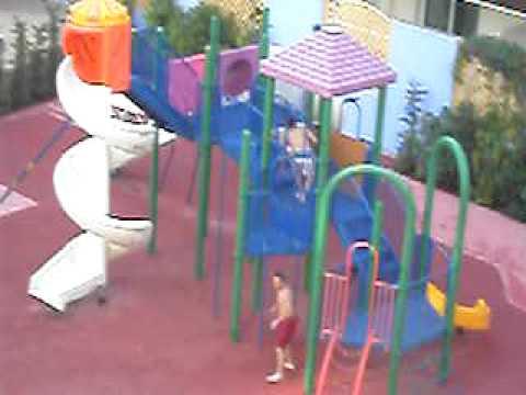 Corgaos en un tobogan de niños