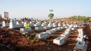 Diyarbakır'da dün yapımına yaklaşık 2 ay önce başlanan ve 170 PKK'lı mezarının bulunduğu mezarlığın açılışı vardı. Minibüslerle açılışa giden BDP'liler, Diyarbakır çıkışında polisin kimlik kontrolü yapmasından sonra Lice'ye doğru yola çıktı. Lice yolu üzerinde bu kez Mermer Jandarma Karakolu'nda ikinci kez kimlik kontrolü yapılan partililer, Lice İlçesi'ne bağlı Kayacık yolu üzerinde 3'ncü kez, kendilerine KCK/Asayiş diyen yüzleri poşulu ve PKK'lıların giydiği giysilerden giyen gençler tarafından kesildi. Bunların da yaptığı aramadan sonra minibüs içerisinde bulunan BDP'liler, Yolçatı Köyü yoluna girdi. 5 bin kişinin katıldığı törende yüzleri poşulu 15 PKK'lıdan biri Türkçe olarak basın açıklaması yaptı. 170 PKK'LININ CENAZESİ BULUNUYORGüneydoğu Anadolu Bölgesi'nde, çeşitli tarihlerde güvenlik güçleriyle girdikleri çatışmalarda yaşamını yitiren 170 PKK'lı için Lice İlçesi'ne bağlı Sise olarak bilinen Yolçatı Köyü Serkis bölgesindeki, 250 mezar kapasiteli anıt mezar dün akşam saatlerinde törenle açıldı. İsmi açıklanmayan bir PKK'lının cenazesinin de gömüldüğü mezarlık için, Diyarbakır merkez ve tüm ilçelerden yaklaşık 5 bin BDP'li törene katıldı.ÖNCE POLİS VE ASKER, SONRA DA PKK'LILAR ARAÇ DURDURDUMinibüslerle mezarlık açılışına katılan partililer, Diyarbakır çıkışında polisin kimlik kontrolü yapmasından sonra Lice'ye doğru yola çıktı. Lice yolu üzerinde bu kez Mermer Jandarma Karakolu'nda ikinci kez kimlik kontrolü yapılan BDP'liler, Lice İlçesi'ne bağlı Kayacık yolu üzerinde 3'ncü kez, kendilerine KCK/Asayiş diyen yüzleri poşulu ve PKK'lıların giydiği giysilerden giyen gençler tarafından kesildi. Bunların da yaptığı aramadan sonra minibüs içerisinde bulunan BDP'liler, Yolçatı Köyü yoluna girdi.TAHTA KALAS ÜZERİNDE TOPLU NAMAZ KILDILARToprak yolda yaklaşık 15 kilometre mesafede bulunan Yolçatı Köyü kırsalındaki Serkis Bölgesi'ne araçla giden partililer, daha sonra da yaklaşık 2 kilomterelik yolu yürüyerek gitmek zorunda kaldı.Sere Kani'ye dedikleri bölgede yapımı ta