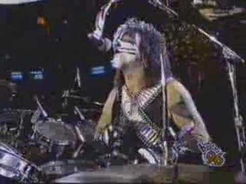 Kiss - Kiss performing i wanna rock n roll all night under the brooklyn bridge.