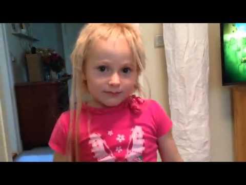 Junge schneidet seiner Schwester die Haare ab
