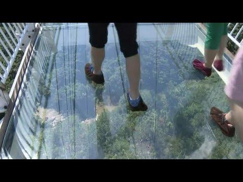Η μεγαλύτερη γυάλινη κρεμαστή γέφυρα στην Κίνα