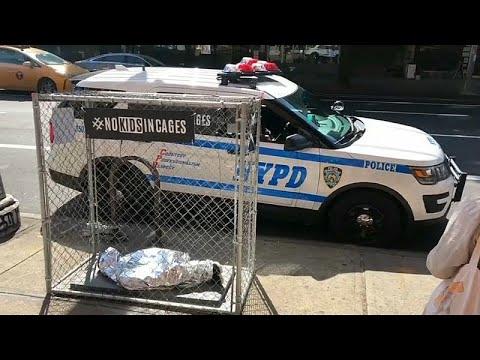 Pop-up-Kunst in Manhattan: 24 Kinderpuppen in Käfigen