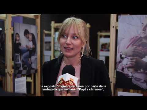 El trabajo del artista sueco Johan Bävman revela cómo padres suecos han asumido un rol protagonista en la crianza de sus hijos. A su vez, contrasta cómo los padres en Chile han comenzado a tener un rol activo en la relación con sus hijos.