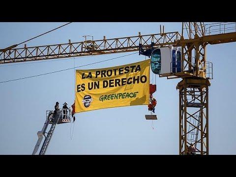 Ισπανία: Ακτιβιστές σκαρφάλωσαν σε γερανό 32 μέτρων