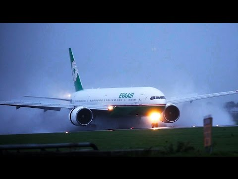 Full thrust reverse on a wet runway EVA AIR B777 (видео)