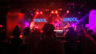 23 Mart 2016, Dorock XLTelvin Trio Mor Dağlar icrasında.  /  Telvin is performing Mor Dağlar.Erkan Oğur: Perdesiz elektrik gitar, e-bow / Fretless electric guitar, e-bowAlp Ersönmez: Bas gitar / Bass guitarTurgut Alp Bekoğlu: Davul / Drums