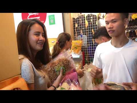 Hau Zozo đi chợ Thái cùng Tuấn Tiền Tỉ và Chim Sẻ Đi Nắng các thành lầy - Thời lượng: 2 phút và 15 giây.