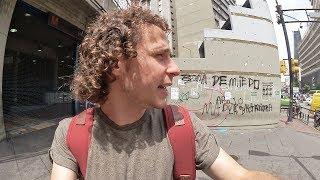 Caminamos por las calles de Caracas, Venezuela en un día cotidiano. Un día sin metro y sin pan. * Música: Arte en la Calle...