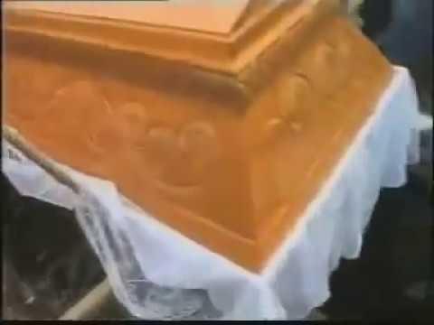 Masakryczna wpadka na pogrzebie, gość wpadł do grobu.