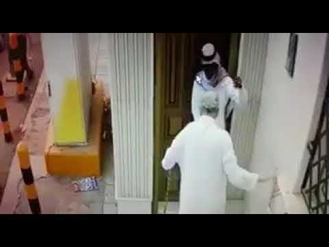 #فيديو : #شاهد لصوص يتظاهرون بمساعدة مُسن لدخول مسجد وسرقته