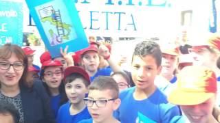 Il Sindaco e gli alunni di Barletta (BA)