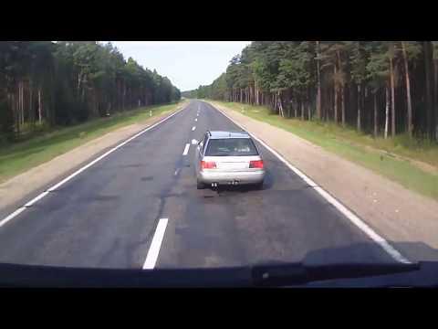 Водитель Audi не дал большегрузному автомобилю себя обогнать
