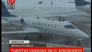Por la nevada histórica en la zona, cientos de turistas quedaron varados en el Aeropuerto de la ciudad lacustre.