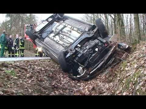 Korbach: Autofahrer überschlägt sich