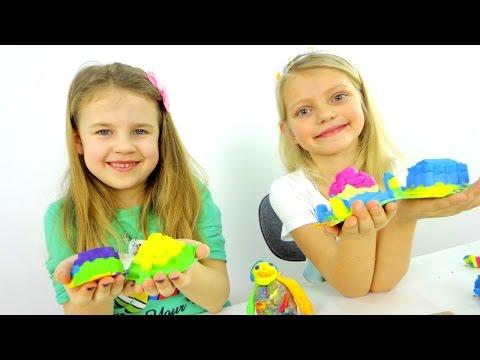 Видео детям. Стефания и Ксюша строят  Замки! Кинетический песок и пластилин Плей-До. (видео)