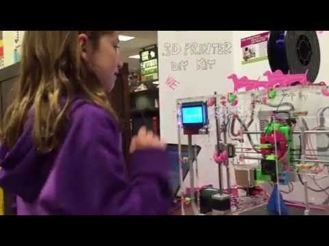 Clara (12 years old) is explaining how the JellyBOX works