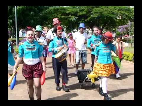 Grupos do teatro de rua resgatam as marchinhas carnavalescas em Martinho Campos