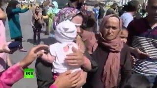 Uchodźca grozi rzuceniem dzieckiem w policjantów jak piłką do kosza…