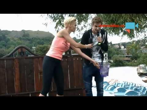 Hanka Maslikova se poleva vodou