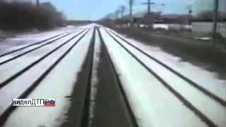 Авария на переезде грузовик против поезда
