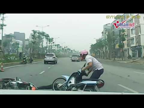 Tài xế chạy ẩu làm cô gái đi xe máy xuýt chết