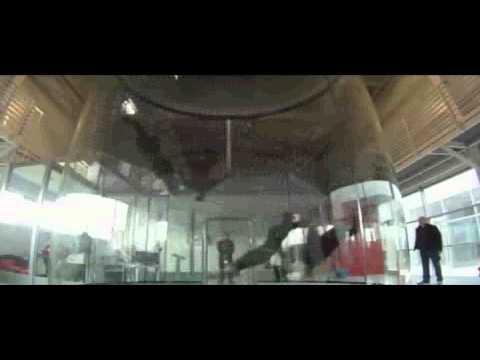 video que muestra a unos hombres que hacen distintas formaciones en una camara de aire