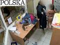 Policja rozbiera kobiety w markecie
