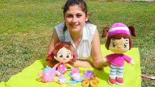 oyuncak bebekler leli ve niloya ile piknik oyunu. oyuncak çay setiyle oynuyoruz