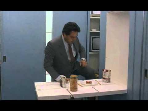 renato pozzetto prepara il pranzo nel mini appartamento