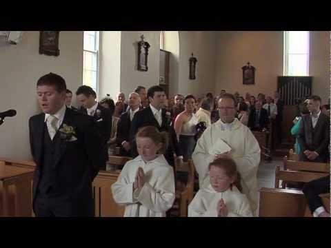 La Sposa Sta Per Entrare In Chiesa. Quello Che Fa Lo Sposo E' Emozionante