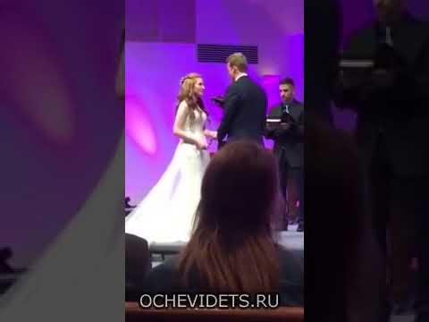Свидетель не выдержал долгой свадьбы и упал в обморок - DomaVideo.Ru