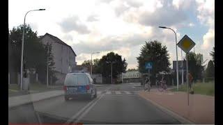 Radiowóz wyprzedza przed przejściem dla pieszych i prawie rozjeżdża rowerzyste