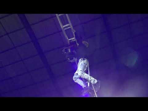 mc pedrinho cai do palco e quebra o braço em show  em lupionópolis prr.
