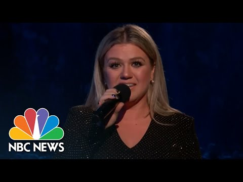 Kelly Clarkson Fights Back Tears As She Mourns Santa Fe Shooting Victims | NBC News (видео)
