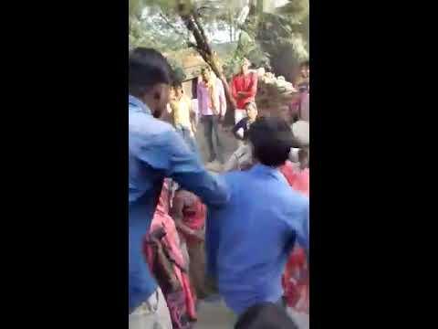 पुलिस पर हमला, झाँसी के टहरौली थानांतर्गत ग्राम बसारी में पुलिस को बनाया बंधक, की मारपीट, छीनी सरक�
