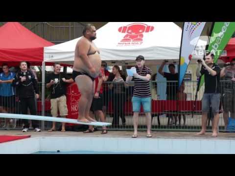 Австралийские соревнования по прыжкам в воду пузом