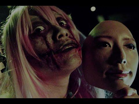 路人看著發傳單女孩的臉覺得有點怪,下一秒的「變臉」讓大家都嚇到逃離現場!