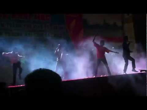 Châu Việt Cường và nhóm nhảy từ trên trời rơi xuống