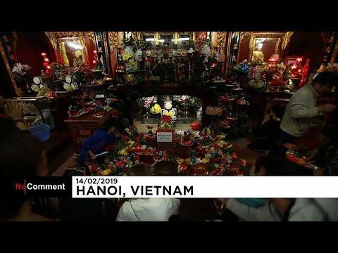 In Vietnam besuchen Singles am Valentinstag einen Tem ...