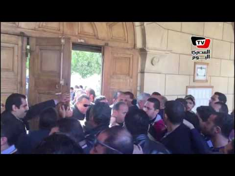 غاضبون يمنعون وزير الداخلية من دخول الكنيسة ويغلقون أبوابها
