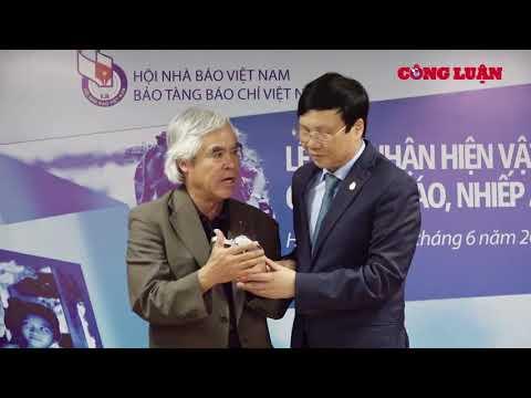 Tác giả bức ảnh 'Em bé Napalm' trao tặng hiện vật cho Bảo tàng Báo chí Việt Nam