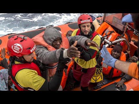Küstenwache vor Libyen: Wieder Hunderte Menschen aus Schlauchbooten gerettet